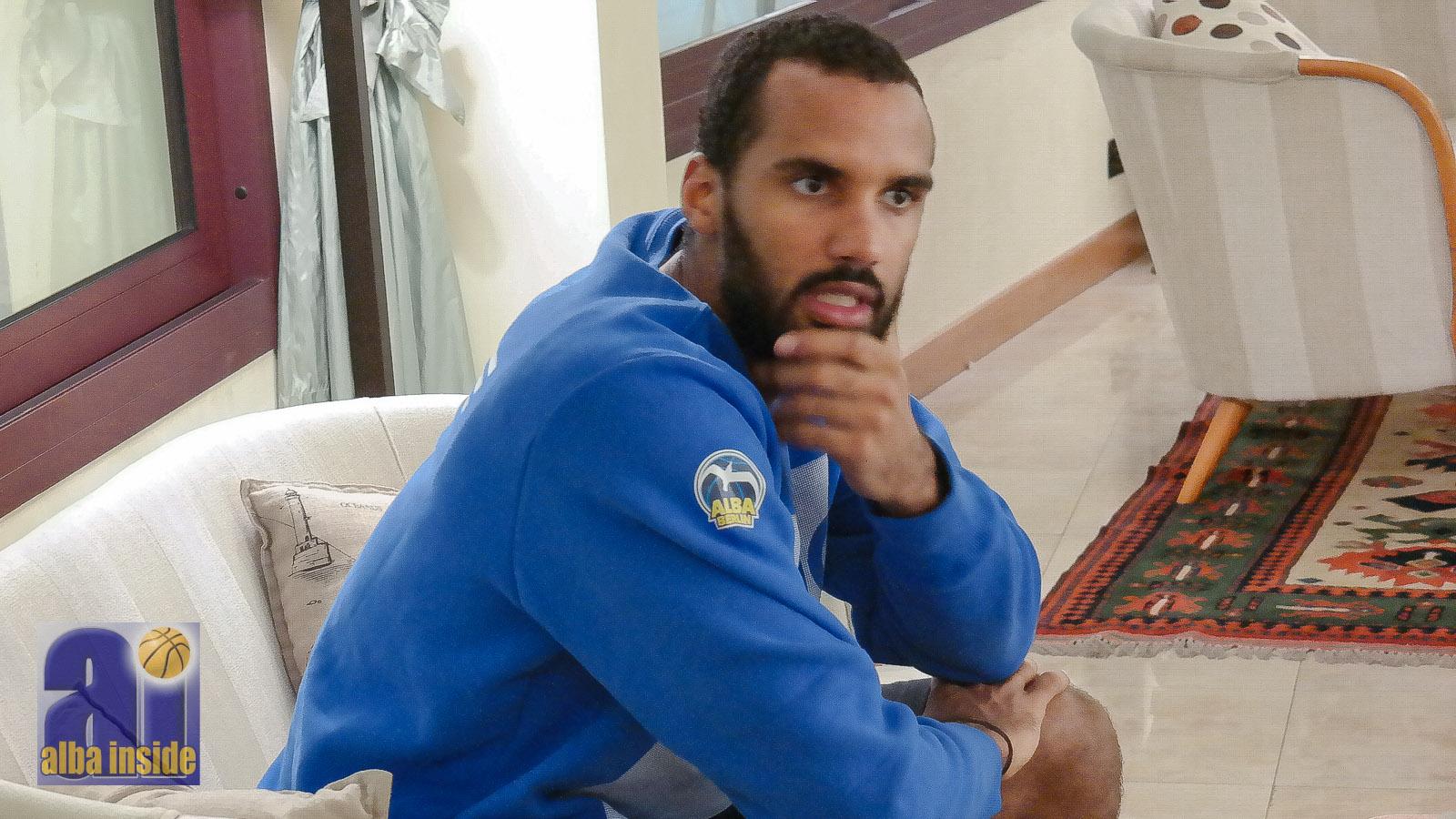 Akeem Vargas ffür zwei weitere Jahre mit dem Alba-Logo