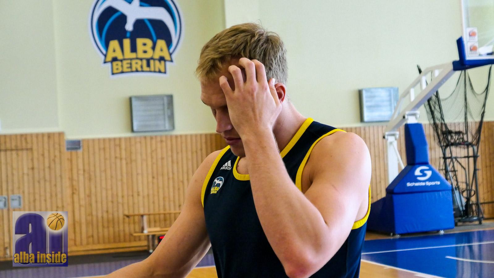 Etwas zu grübeln nach der Niederlage in Oldenburg: Luke Sikma und Alba Berlin